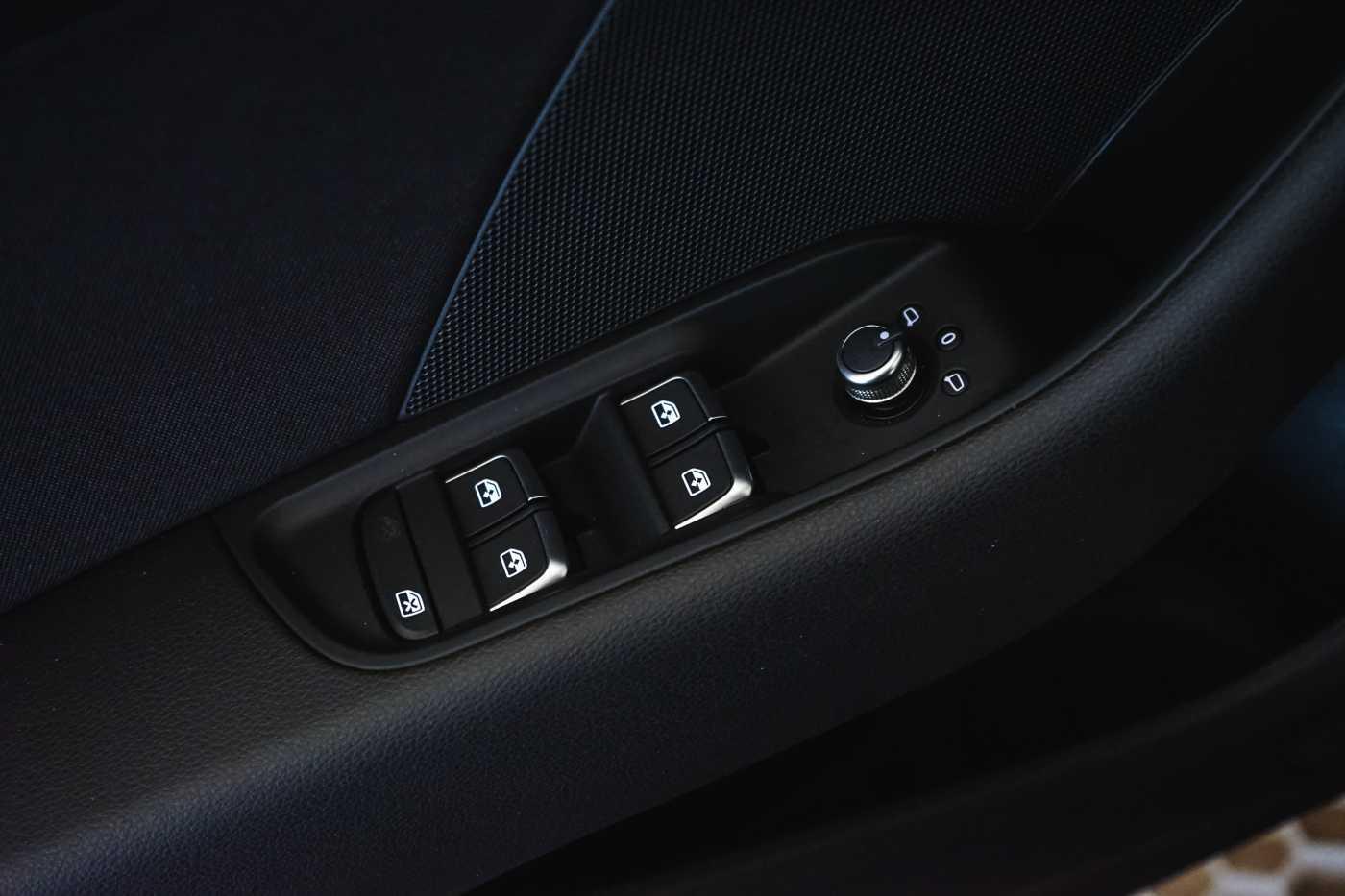 Audi A3 1.6 TDi Sport // dualzone airco, navi, zetelverwarming 31/33
