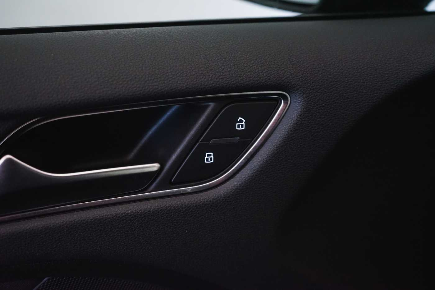 Audi A3 1.6 TDi Sport // dualzone airco, navi, zetelverwarming 32/33