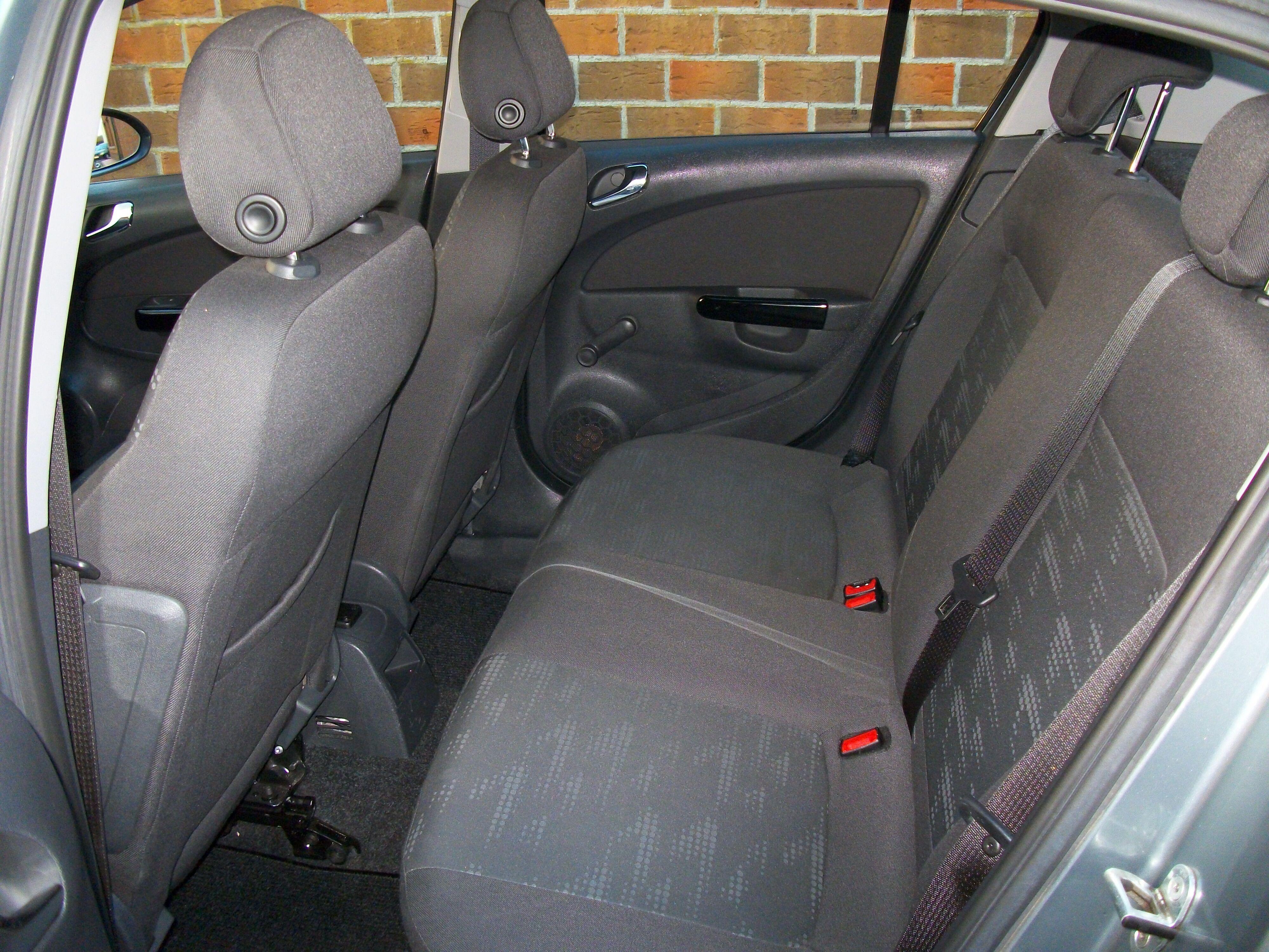 Opel CORSA - 2011 1.2 Benz - weinig kilometers 8/11
