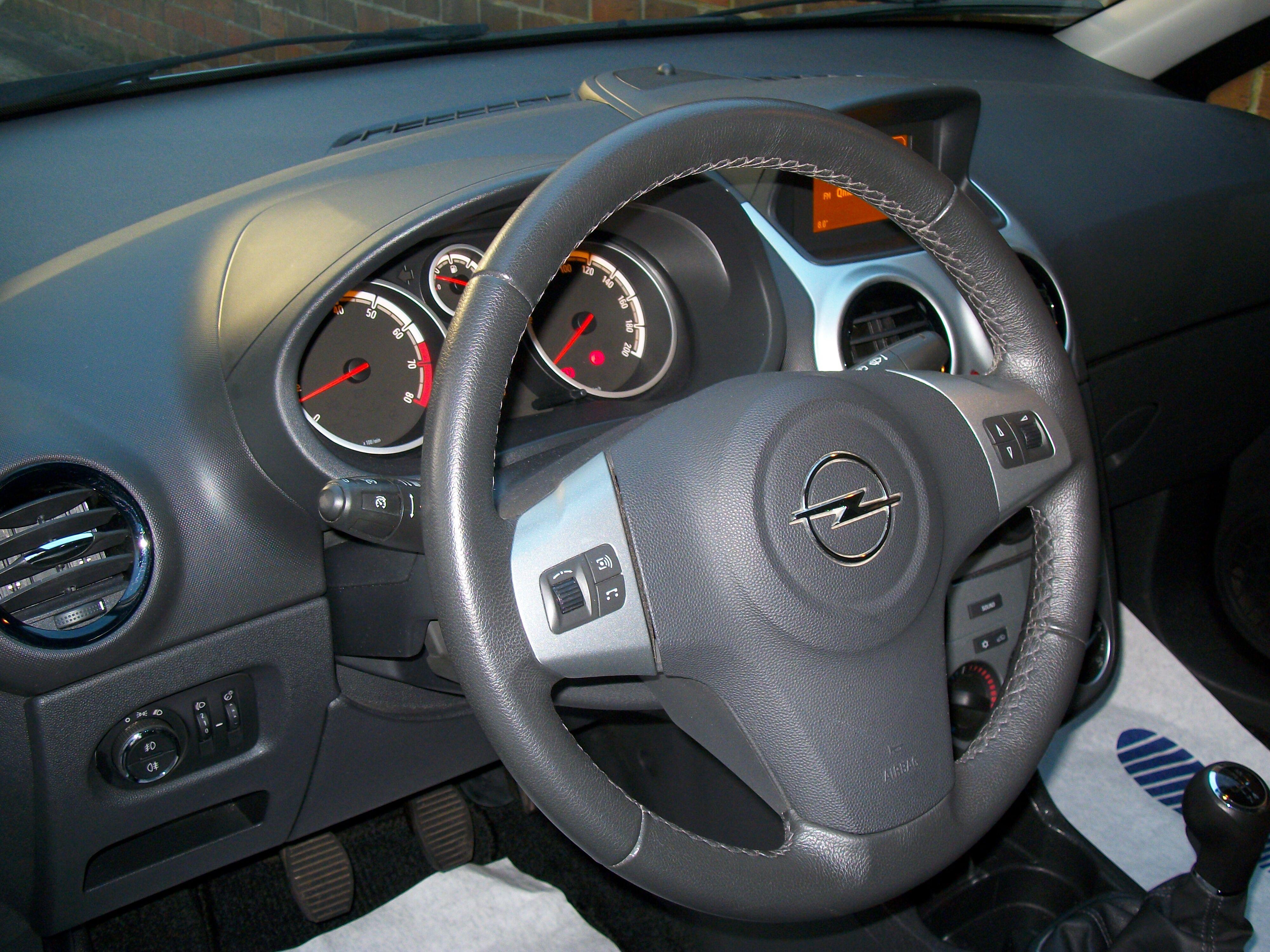 Opel CORSA - 2011 1.2 Benz - weinig kilometers 4/11